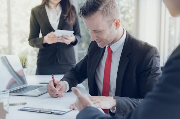 Los ejecutivos de negocios logran la cooperación objetiva