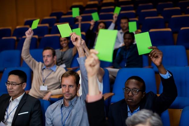 Los ejecutivos de negocios muestran su aprobación levantando manos