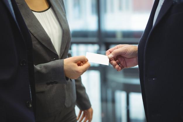 Ejecutivos de negocios que se entregan tarjetas de visita