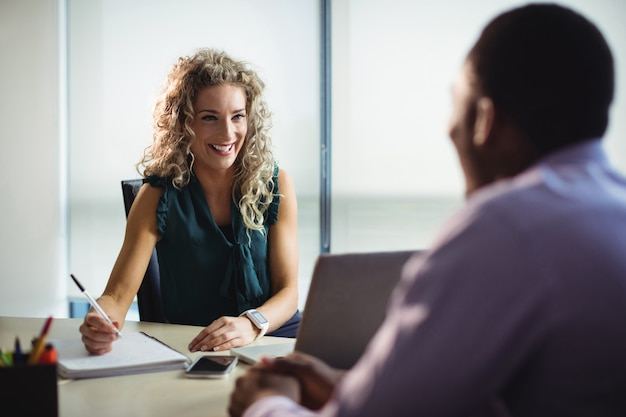 Ejecutivos de negocios que interactúan entre sí