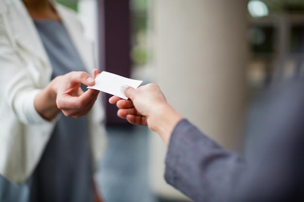 Ejecutivos de negocios que intercambian tarjetas de visita