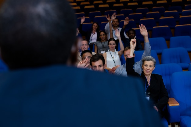 Ejecutivos de negocios que participan en una reunión de negocios