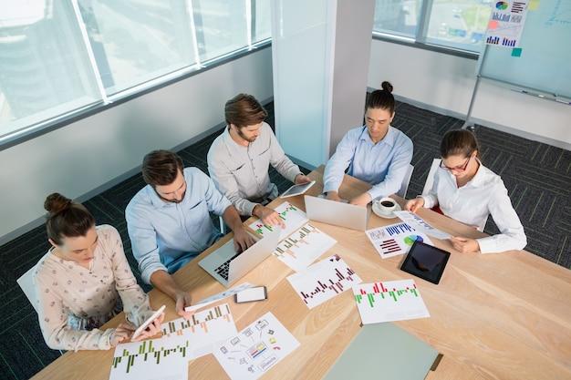 Ejecutivos de negocios que trabajan en la sala de conferencias