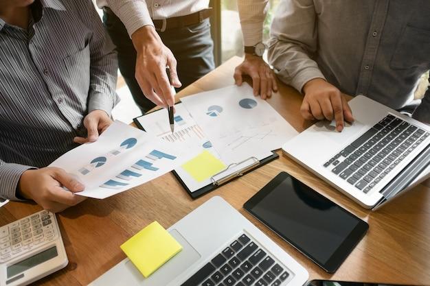 Ejecutivos de negocios reunión de equipo sesión de ideas trabajo y comercialización concepto