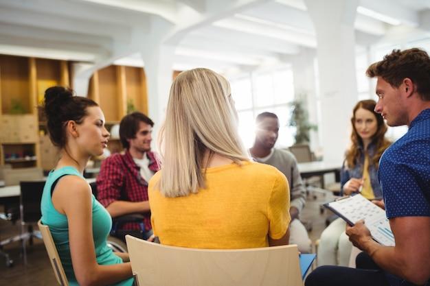 Ejecutivos de negocios en la reunión