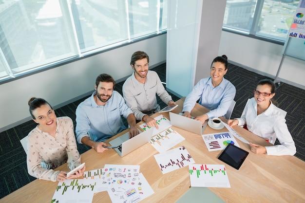 Ejecutivos de negocios sonrientes que trabajan en la sala de conferencias