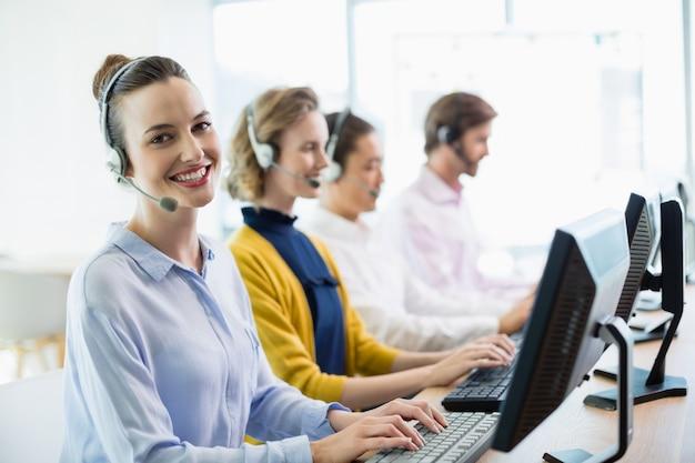 Ejecutivos de servicio al cliente que trabajan en call center