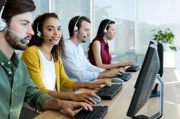 Ejecutivos de servicio al cliente que trabajan en la oficina