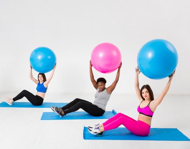 Ejercicio de clase de fitness con pelotas