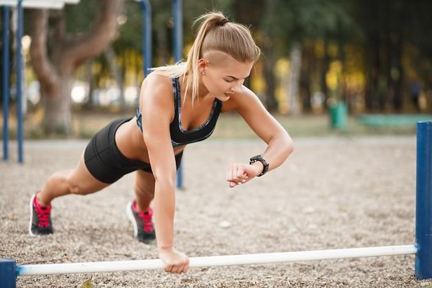 Ejercicio de entrenamiento al aire libre a tiempo