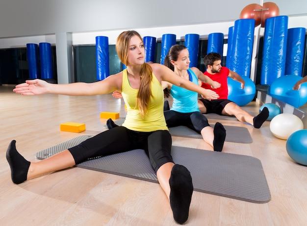 Ejercicio de entrenamiento de pilates yoga en gimnasio