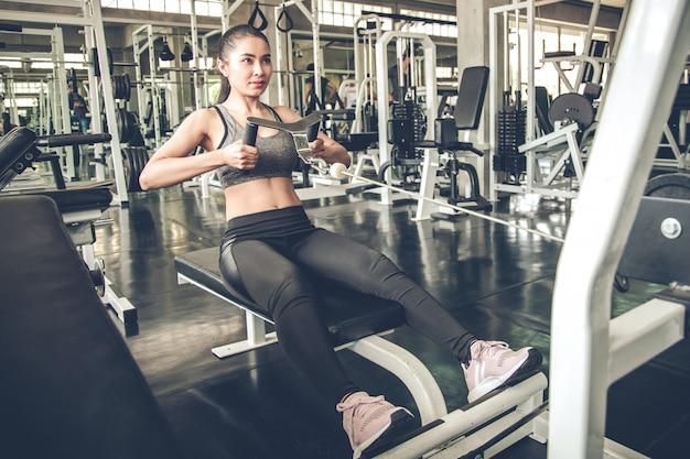 Ejercicio de mujer sexy con la máquina de ejercicio.