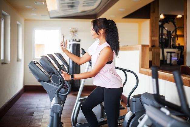 Ejercicio de piernas haciendo ejercicios cardiovasculares en bicicleta