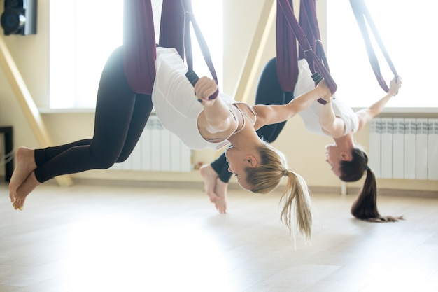 Ejercicio de yoga aéreo