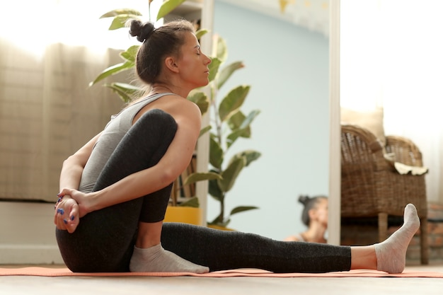 Ejercicio de yoga en casa