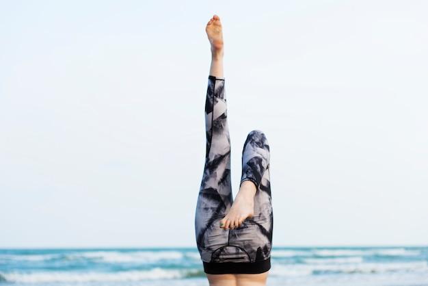 Ejercicio de yoga estiramiento meditación concentración verano concepto