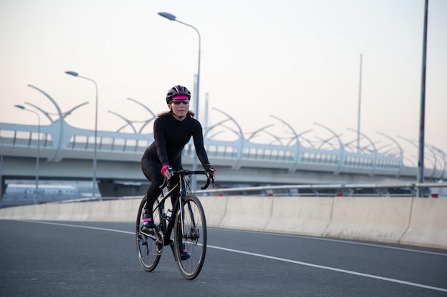 Ejercicios matutinos en bicicleta por las calles de la ciudad.