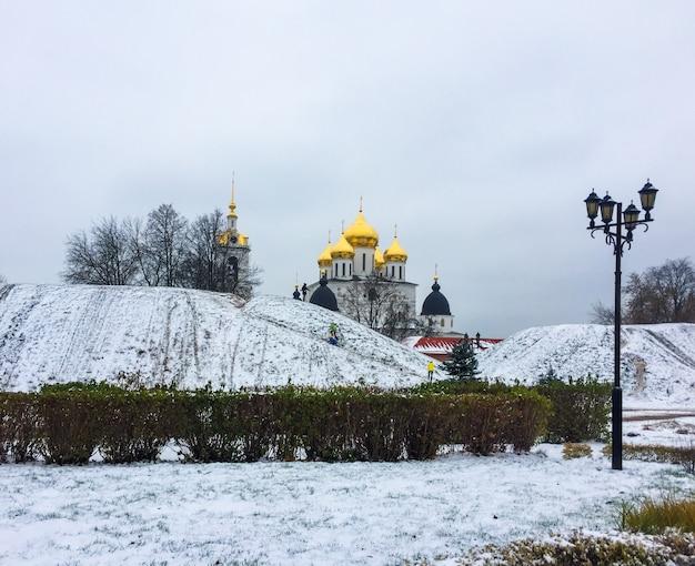 Ejes de la ciudad cubiertos de nieve y la catedral de la asunción en el kremlin en la región de dmitrov moscú