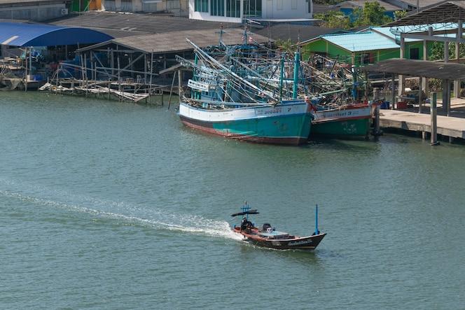 El barco de pesca está pescando
