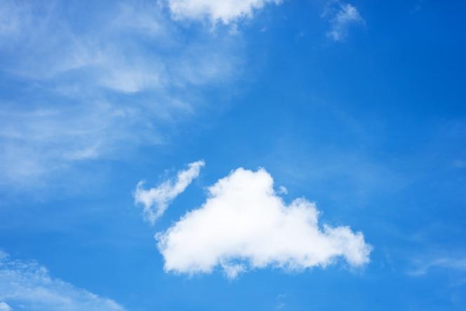 El cielo azul de fondo