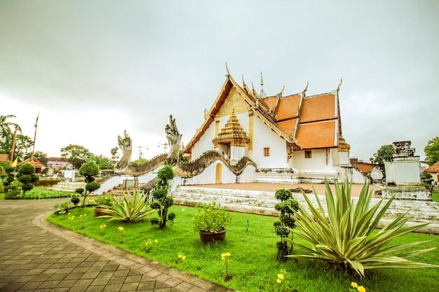 El cielo gris en el templo tailandés antes de llover