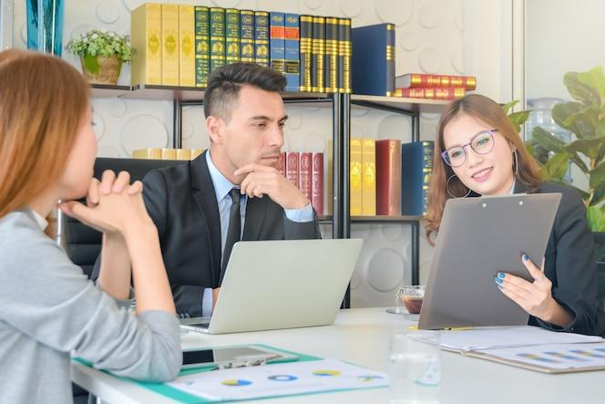 El equipo de negocios de cfo analiza el análisis del informe financiero y la revisión de la secretaria del concepto
