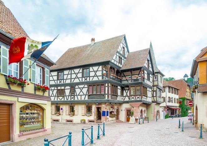El famoso wine village idílico de kaysersberg en alsacia, cerca de colmar, francia