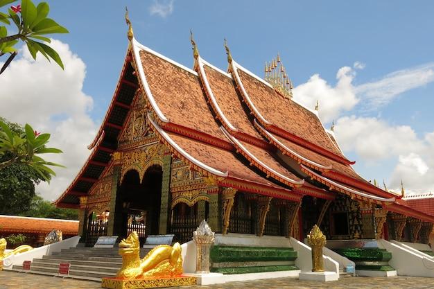 El hermoso templo en la región noreste de tailandia
