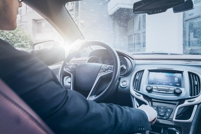 El hombre de negocios opera en el coche