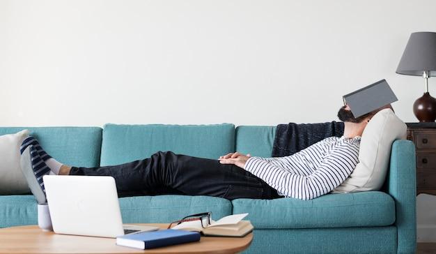El hombre está durmiendo lejos del estrés