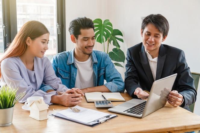 El representante de ventas ofrece la lista de precios de la vivienda