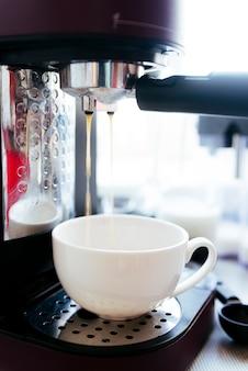 Elaboración de café con fondo borroso
