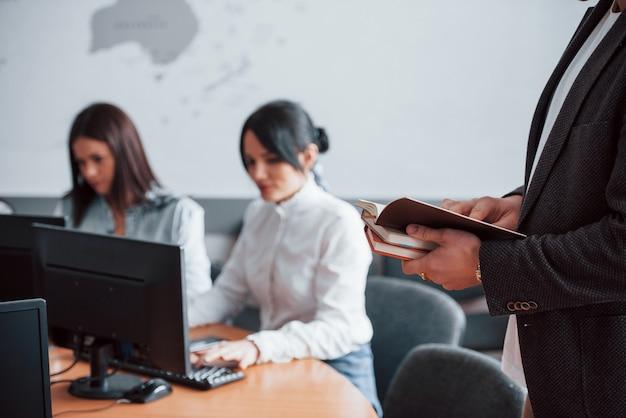 Elaboración de informes. empresarios y gerente trabajando en su nuevo proyecto en el aula