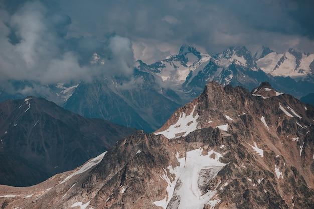 Elbrus, montañas en verano. grandes montañas del cáucaso desde el monte elbrus
