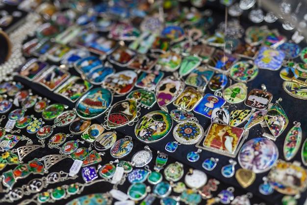 Elección de joyas en el mercado urbano de maninkari
