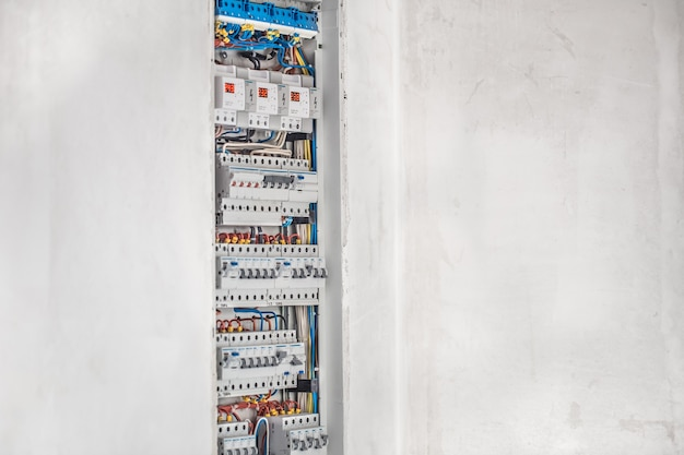 Electricista, cuadro de distribución con fusibles. conexión e instalación en cuadro eléctrico con equipamiento moderno. concepto de trabajo complejo.