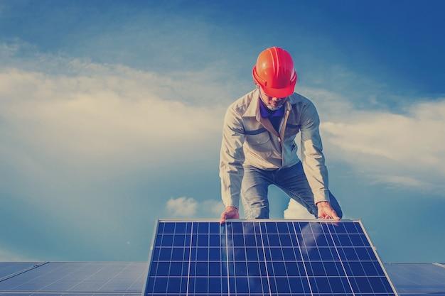 Electricista trabajando en equipos de mantenimiento en la planta de energía solar