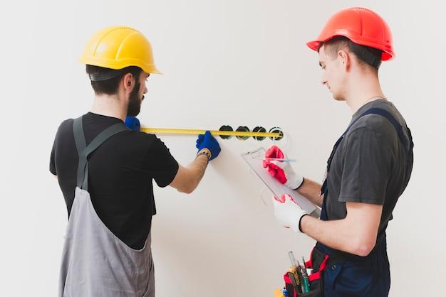 Electricistas que miden y coworking