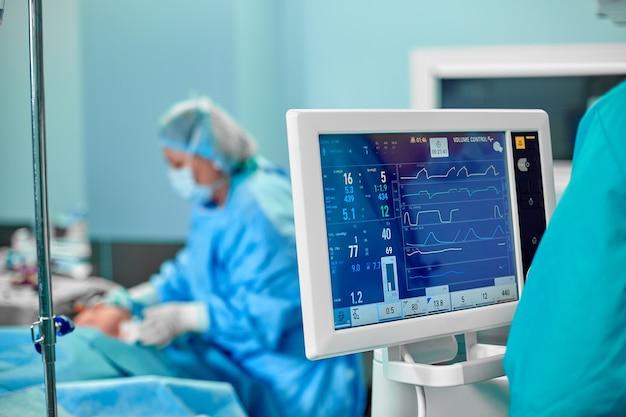 Electrocardiograma en la sala de emergencias operativa de cirugía hospitalaria que muestra la frecuencia cardíaca del paciente