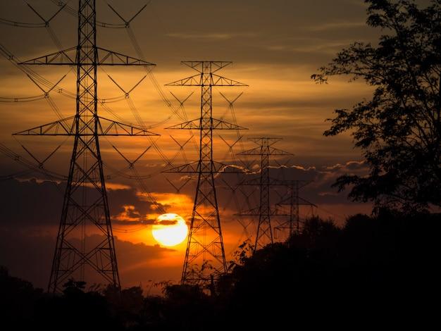 Electrodos, ideas de energía y conservación de energía. durante el atardecer