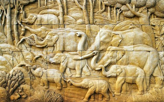 Elefante tallado en la pared de piedra