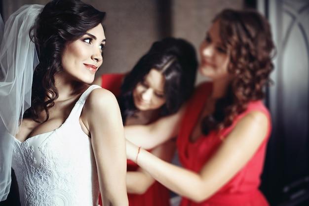 La elegancia de novia de encaje celebración de cerca