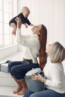 Elegante abuela en casa con hija y nieta
