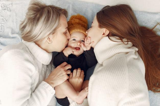 Elegante abuela en casa con hija y nieto