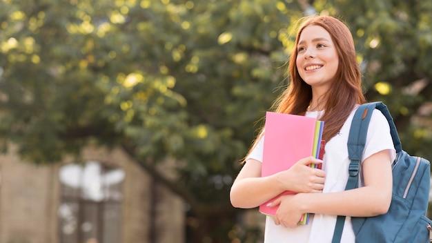 Elegante adolescente feliz de volver a la universidad