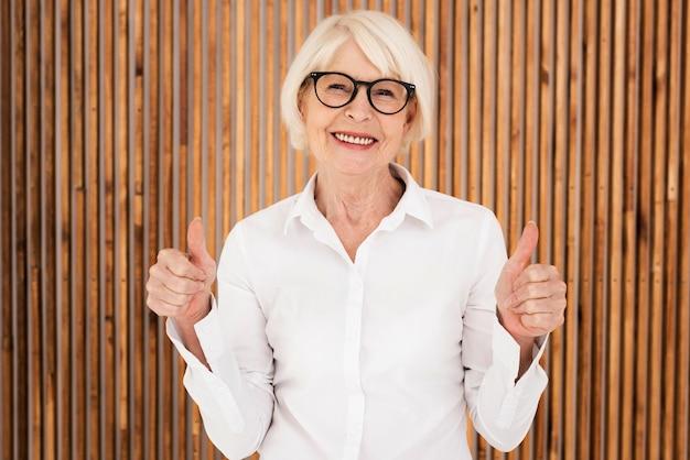 Elegante anciana con anteojos