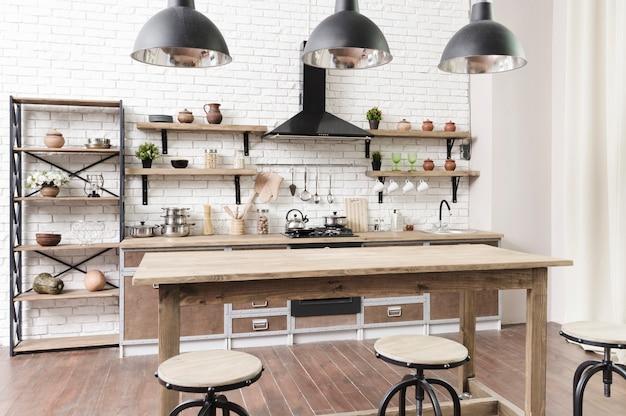 Elegante área de cocina moderna con isla.