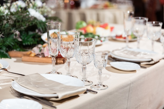 Elegante área de recepción de bodas lista para invitados y la fiesta