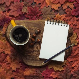 Elegante bloc de notas y café otoño conjunto