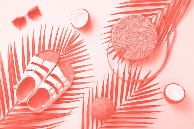 Elegante bolso de ratán, coco, birkenstocks, ramas de palma, gafas de sol.
